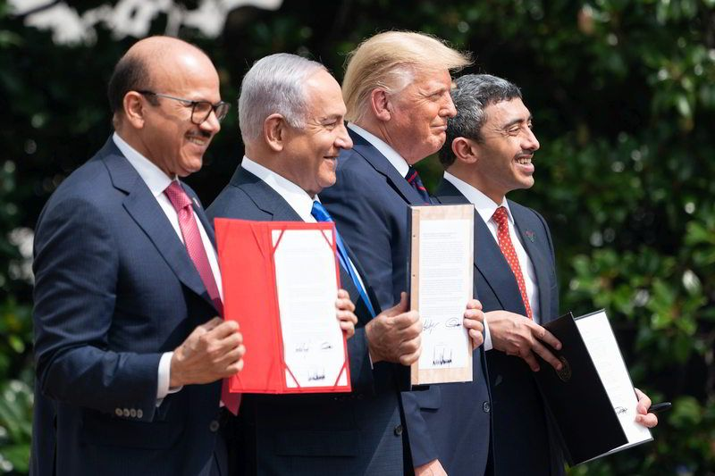 Ministro das Relações Exteriores do Bahrain, Dr. Abdullatif bin Rashid Al-Zayani, Primeiro-Ministro de Israel, Benjamin Netanyahu, Presidente dos EUA, Donald J. Trump e o Ministro das Relações Exteriores dos Emirados Árabes Unidos (UAE), Sheikh Abdullah bin Zayed Al Nahyan. Official White House Photo by Joyce N. Boghosian